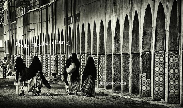 Scène de rue, Maroc, photographie en noir et blanc