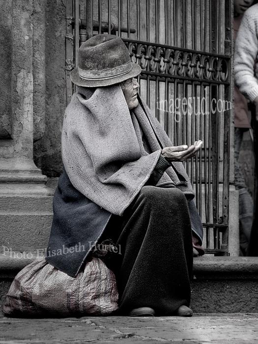 Femme indigène mendiant à la sortie de l'église, Equateur, Quito