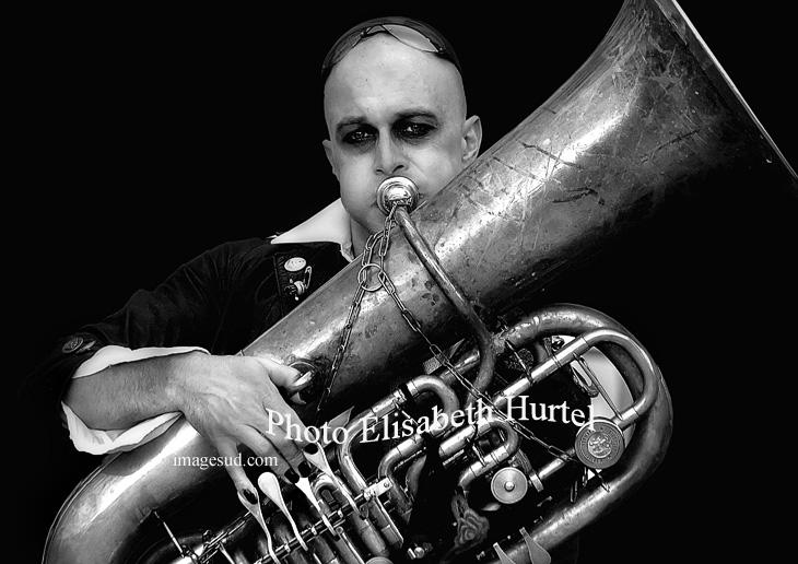 Musicien, fanfare de rue, portrait en noir et blanc