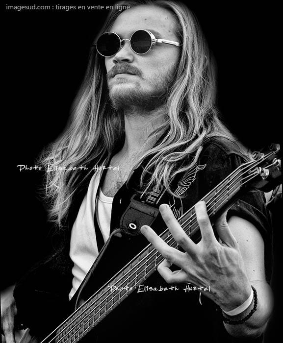 Portrait d'un musicien : le bassiste. Photo noir et blanc