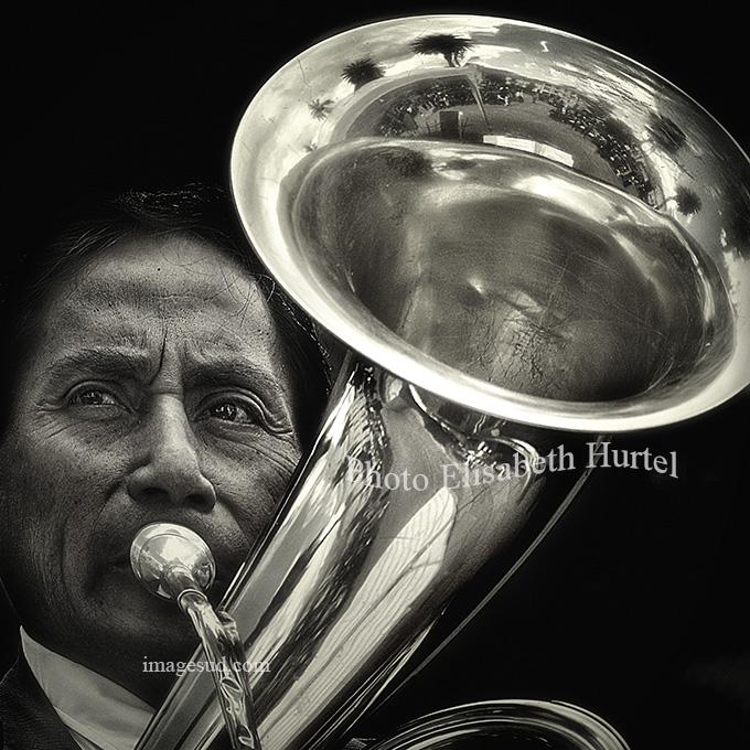 Portrait noir et blanc d'un musicien : Fanfare en Amérique du sud