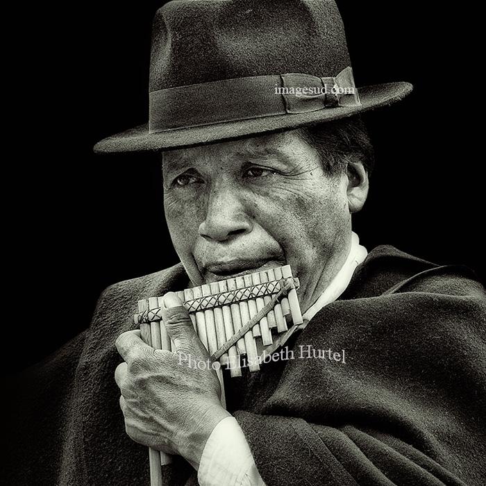 Zambora, flute de pan des Andes, musique en noir et blanc