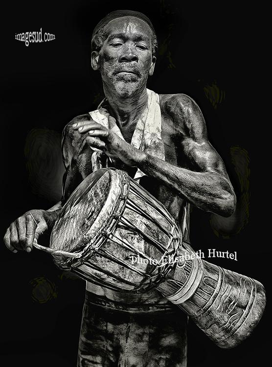 Tam tam, portrait d'un percussioniste, noir et blanc