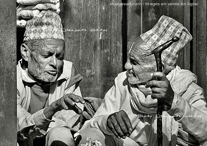 Petite discution entre amis, scène de rue de village, Népal, noir et blanc