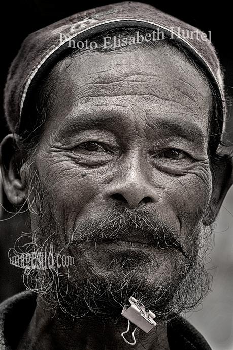 portrait en noir et blanc d'un homme du Népal