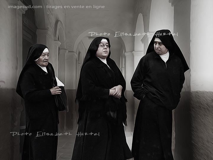 Trois bonnes-soeurs, photo insolite en noir et blanc