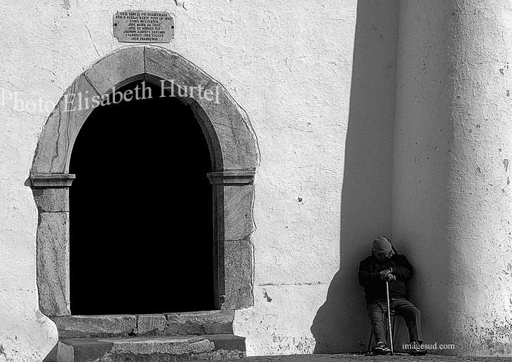 Sieste à l'ombre au Portugal, photo noir et blanc