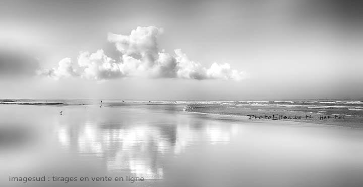 Plage et nuage, photographie minimaliste noir et blanc