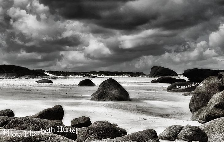 Plage et rochers en noir et blanc