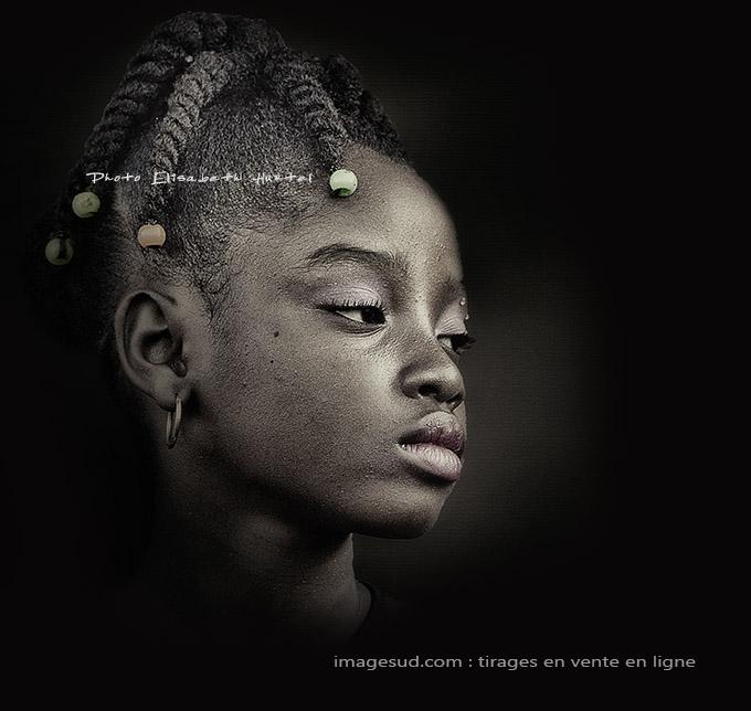 Portrait art d'une jeune Africaine, noir et blanc