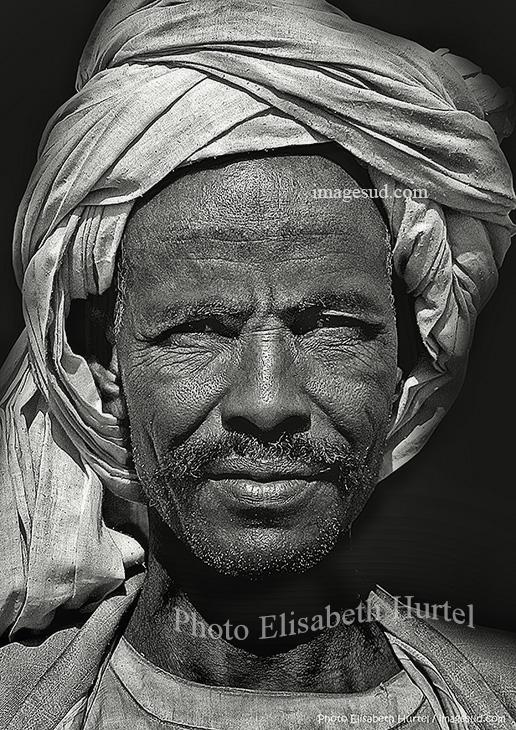 Portrait noir et blanc : nomade du désert