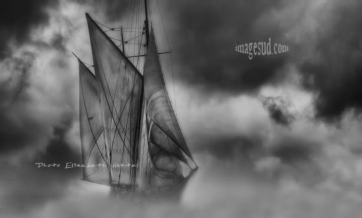 Voile dans la brume, photographie de mer en noir et blanc