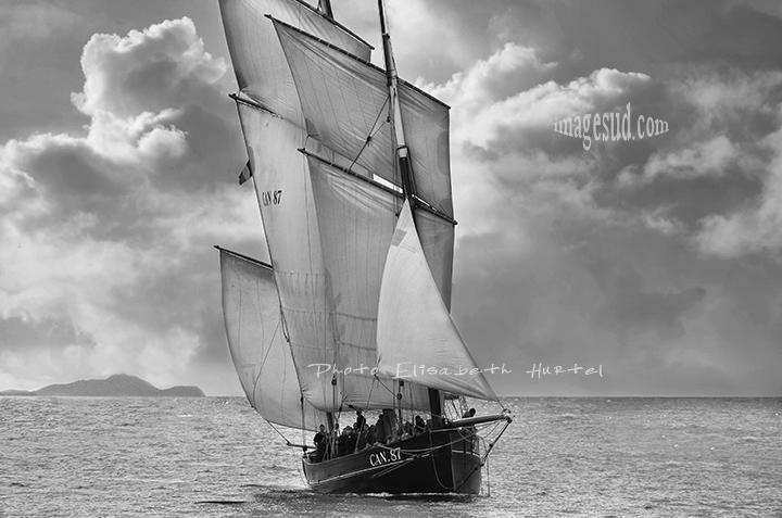Photo de voilier en noir et blanc
