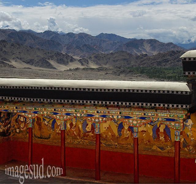 Bouddhisme himalayen : la cour intérieure du monastère bouddhiste de Thiksey au Ladakh, dans son décor. Vue du deuxième étage de la cour intérieure Bouddhisme
