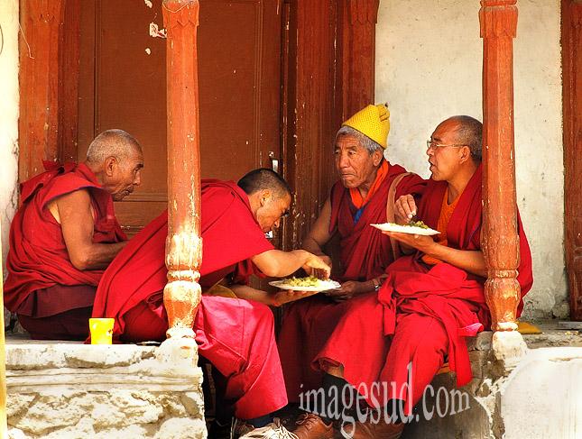 Repas de moines, temple bouddhiste de Leh, Ladakh