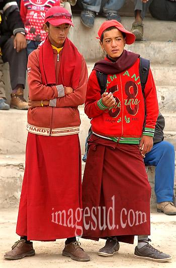 Jeunes moines novices, bouddhisme tibétain