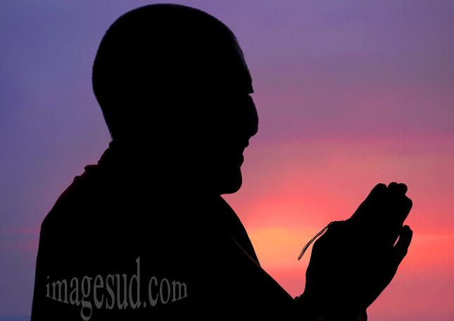 Bouddhiste en prière
