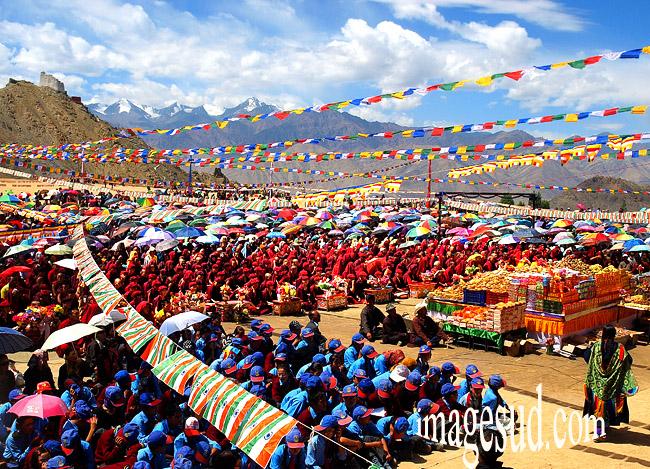 Puja, grande prière en plein air, rassemblement bouddhiste au Ladakh
