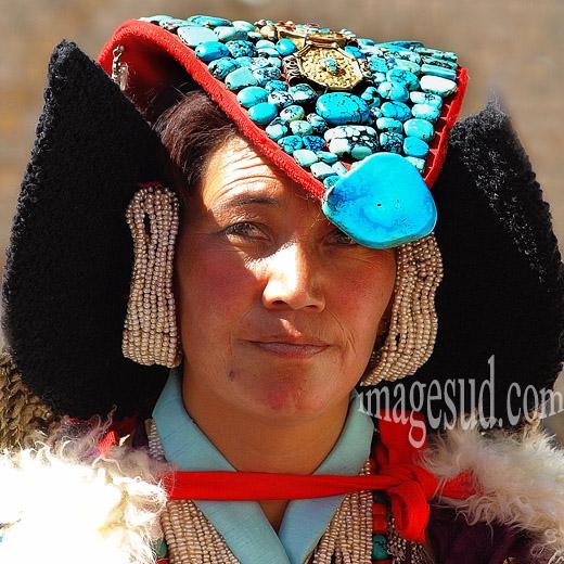 Portrait de femme avec la coiffe traditionnelle de tiuquoises, Ladakh