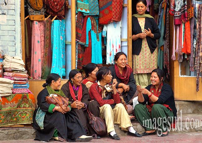 Groupe de femmes au Ladakh, scène de rue à Leh