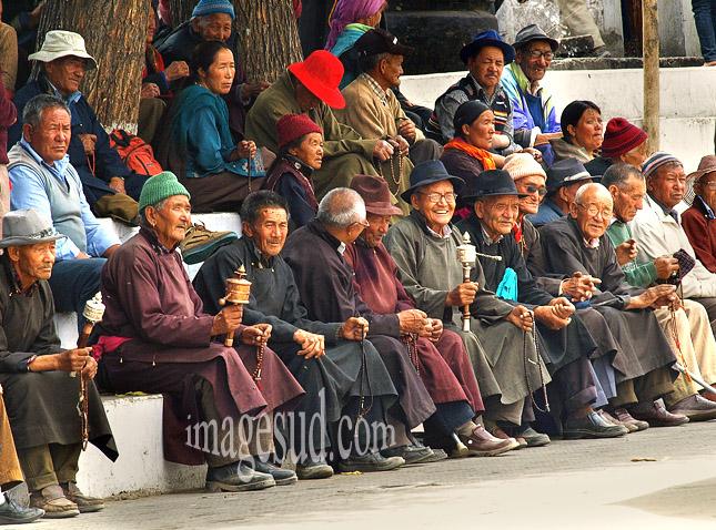 Groupe de gens du Ladakh au temple bouddhiste de Leh au Ladakh