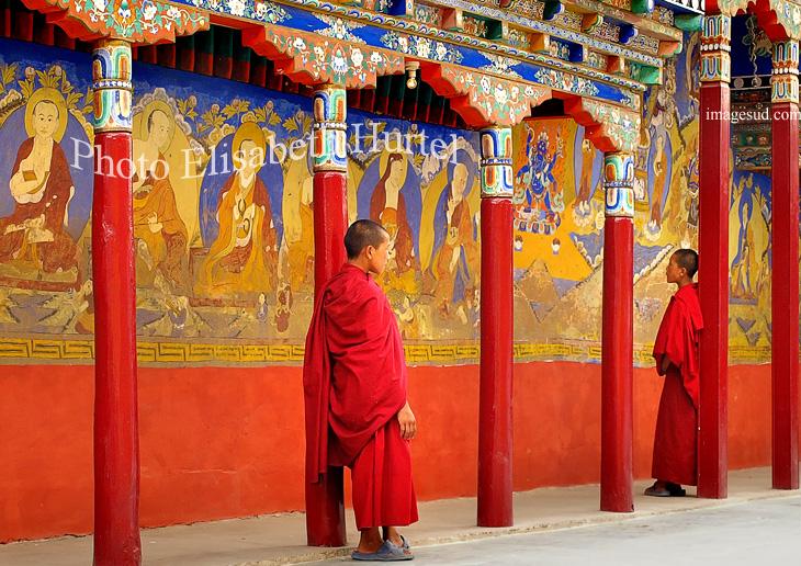 Jeunes moines dans la cour intérieure du monastère bouddhiste de Thiksey au Ladakh