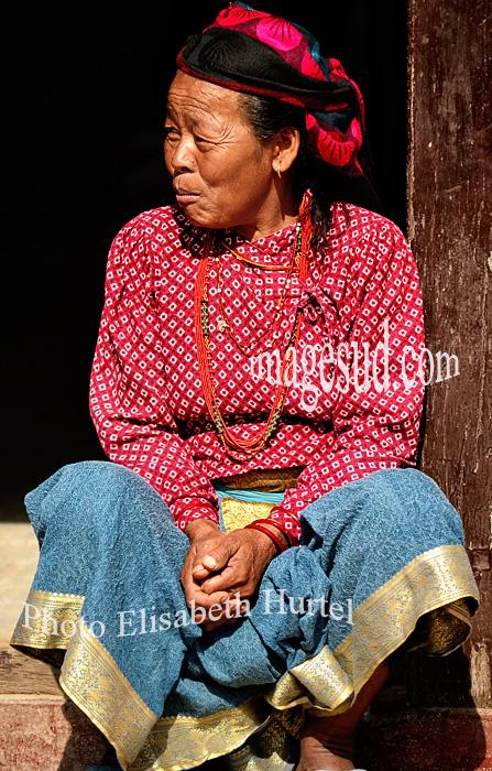 Femme sur le pas de sa porte, Nepal