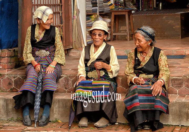 Nepal : réfugiées du tibet, quartier tibetain de Bodhnath. Tibetan refugees, Bodhnath.
