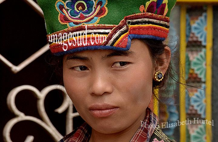 Nepal : jeune fille des montagnes, portrait. Nepal : young girl, mountain tribe, portrait.