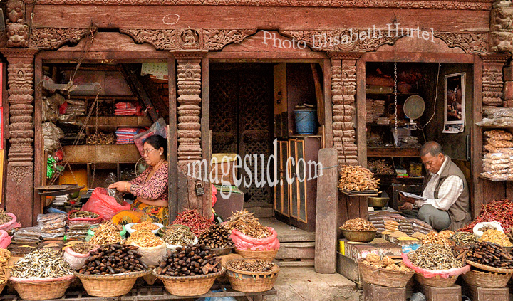 Nepal : petites épiceries de Durbar Square, Katmandou. Nepal : small shops in Durbar squate, Kathmandu.