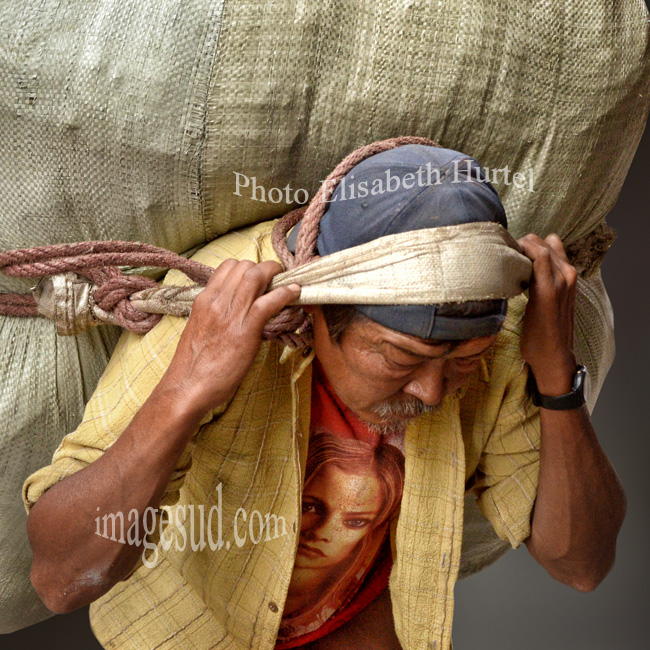 Nepal : porteur dans une rue de Katmandou. Nepal : street scene in kathmandu.