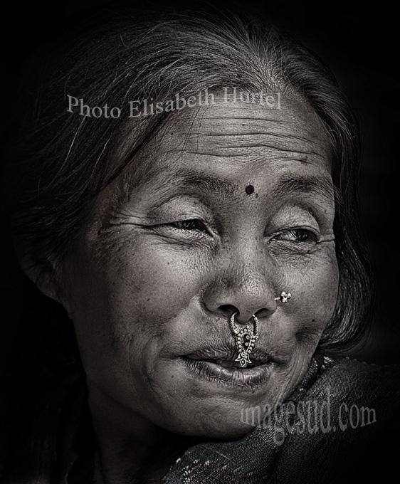 Portrait noir et blanc d'une Nepalaise. Nepal : portrait.