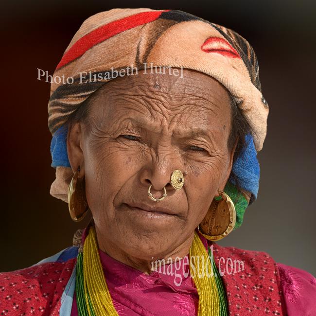 Nepal : portrait de femme Gurung. Nepal: portrait of a Gurung woman.