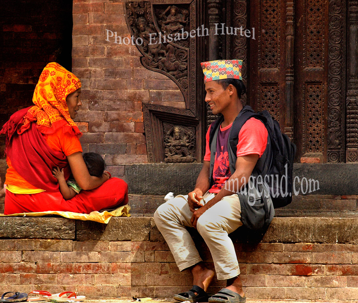 Nepal : petite conversation à Durbar square. Chat in Durbar square;