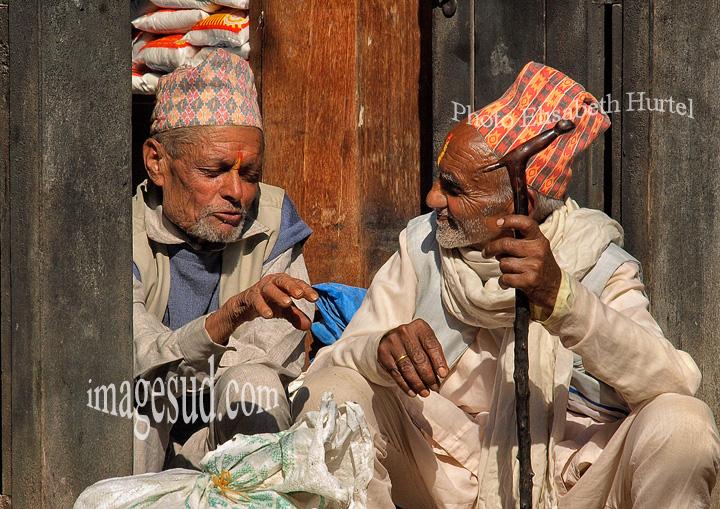Nepal : petite conversation entre amis, rue de village. Nepal : street scene.