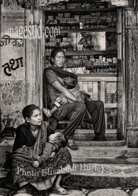 Nepal : scène de rue de village. Nepal : village street scene.